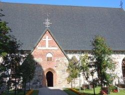 Средневековая церковь в Холлола